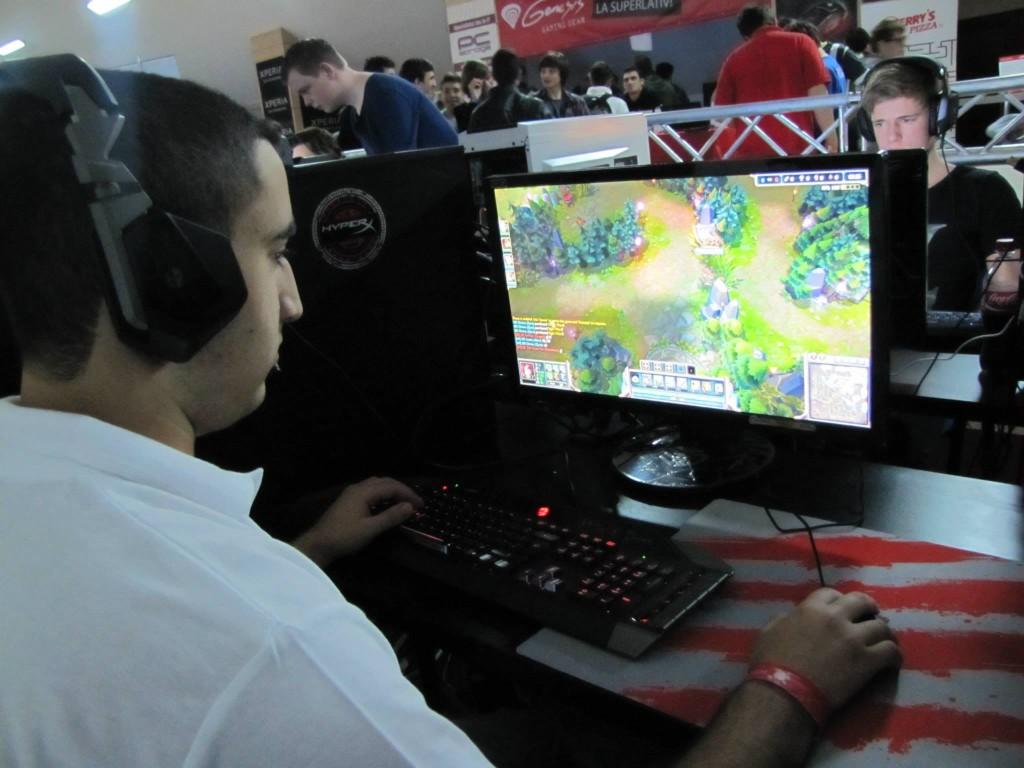 """השחקן סתיו """"Divine"""" כהן משחק באליפות העולם בספורט אלקטרוני 2013"""