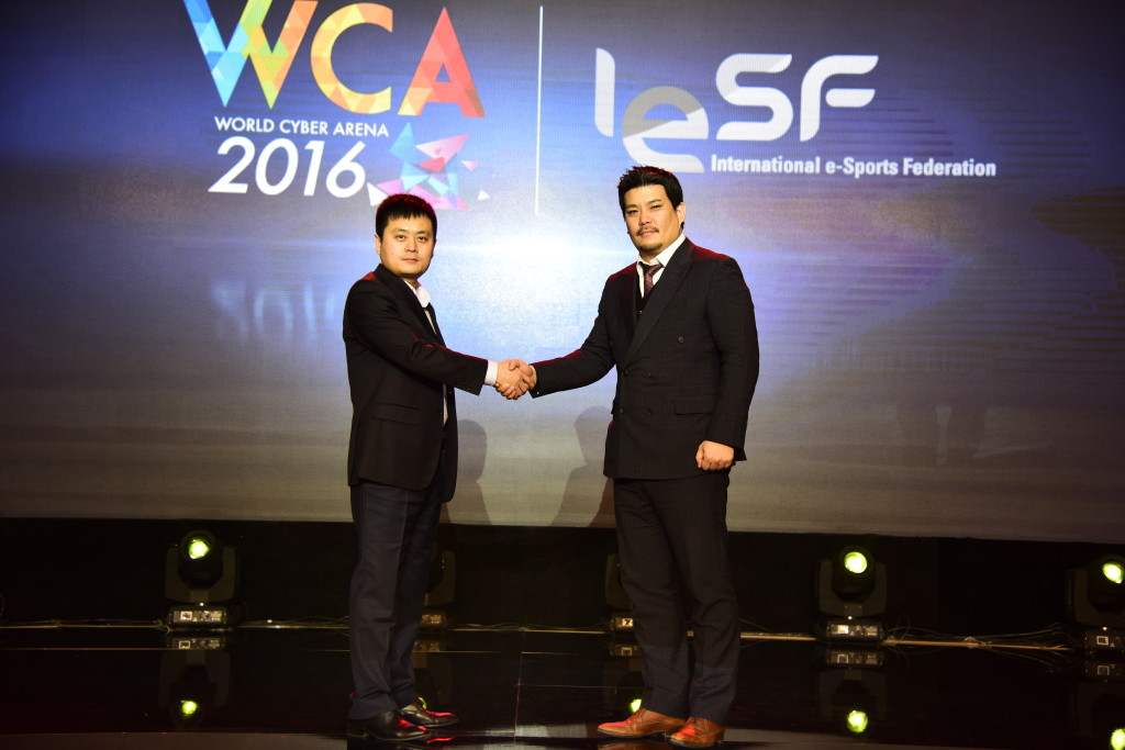 """מר שפנג שו, מנהל כללי ב-WCA (שמאל) עם מזכ""""ל הפדרציה הבינ""""ל לספורט אלקטרוני, מר אלכס לים (ימים)"""