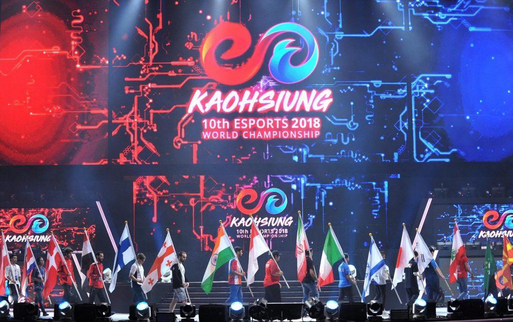 שחקנים מניפים את דגלם בטקס הפתיחה של אליפות העולם 2018